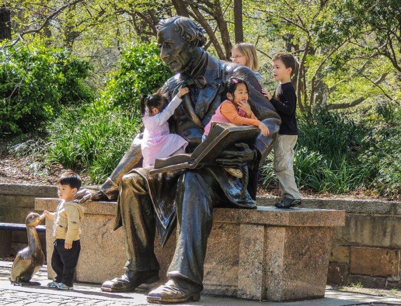 Central Park - Criancas brincando com a estatua de Hans Christian Andersen - foto de Al