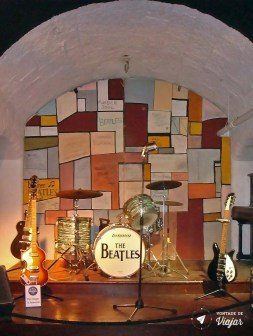 Palco do Cavern Club remontado no Beatles Story