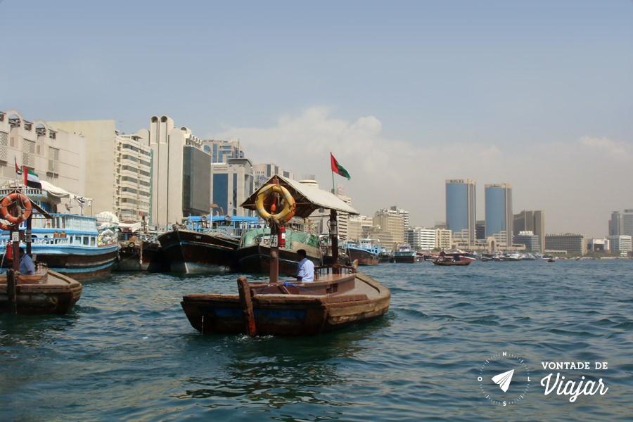 """Dubai - Barco """"abra"""" cruzando Dubai Creek (foto do blog Vontade de Viajar)"""