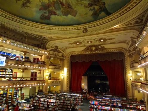 O palco, hoje um café, e o afresco italiano do teatro que virou livraria