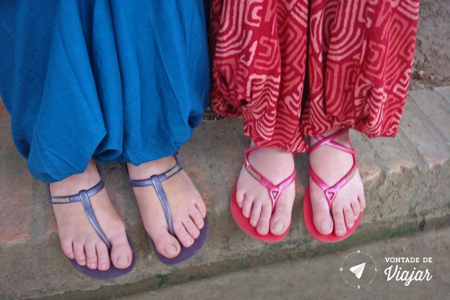 Sudeste Asiatico - Calca larga e sandalia amarrada