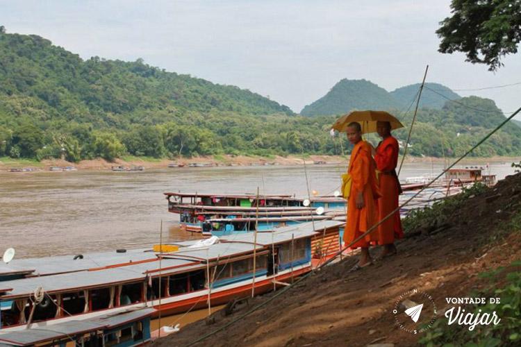 Sudeste Asiatico - Monges a margem do rio Mekong