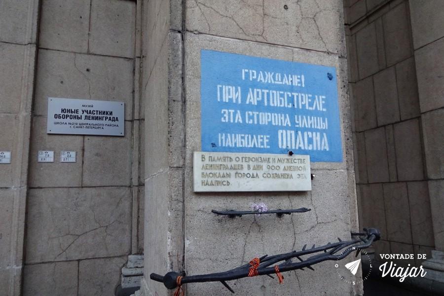 Sao Petersburgo - Placa do Cerco de Leningrado na Nevski Prospekt - dicas de viagem no blog Vontade de Viajar