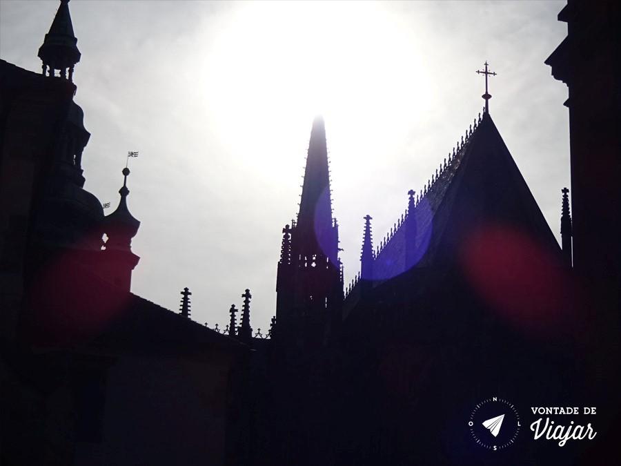 catedral-de-sao-vito-a-silhueta-da-igreja-contra-o-sol