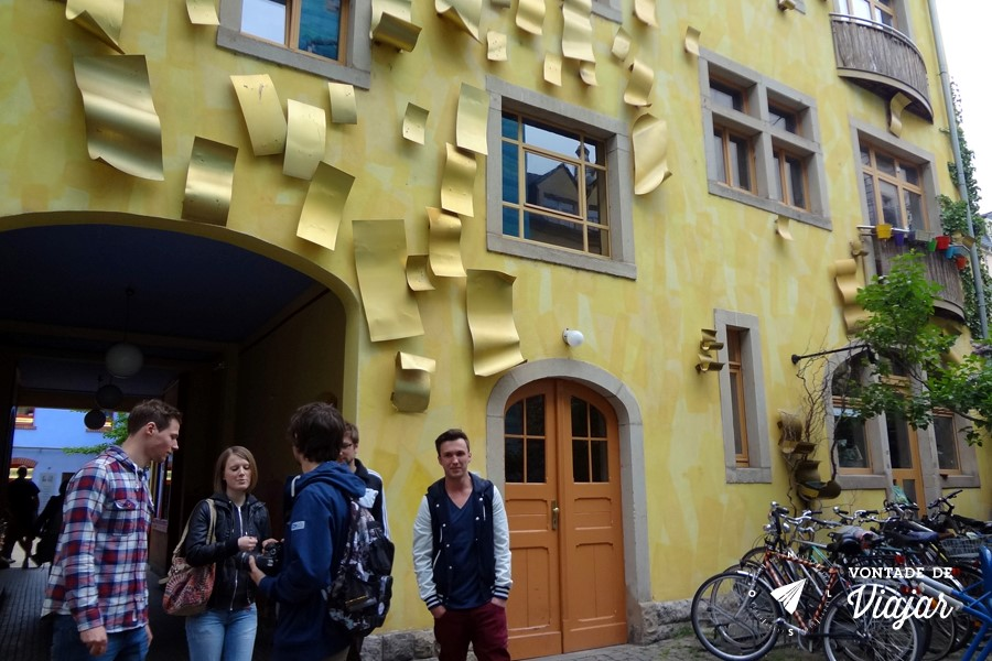 Dresden - predio amarelo com folhas de metal na Kunsthof Passage