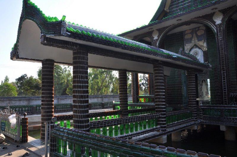 Templo de um milhao de garrafas de cerveja Chang e Heinecken - Foto Massimo