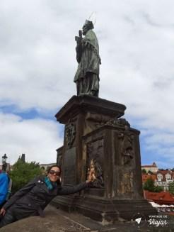 ponte carlos praga - tocar a estatua para dar sorte