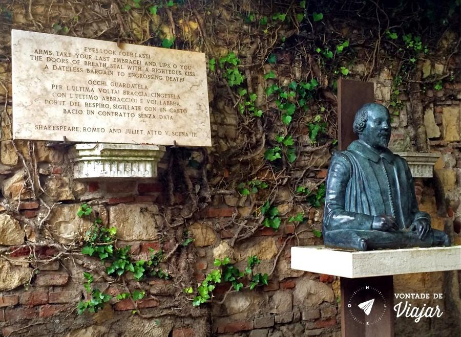 Verona - Trecho de Romeu e Julieta estatua de Shakespeare