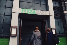 Cabines de fotos 3x4 - Pizza East Concrete Londres - foto Rukaya Cesar
