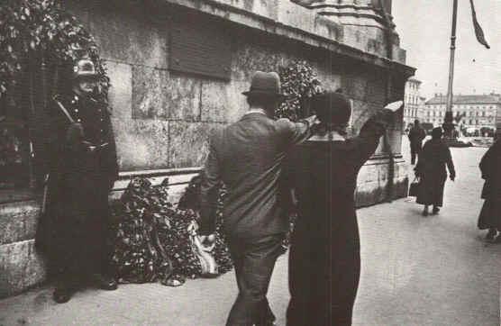 Munique - Cidadaos tinham que saudar a placa nazista