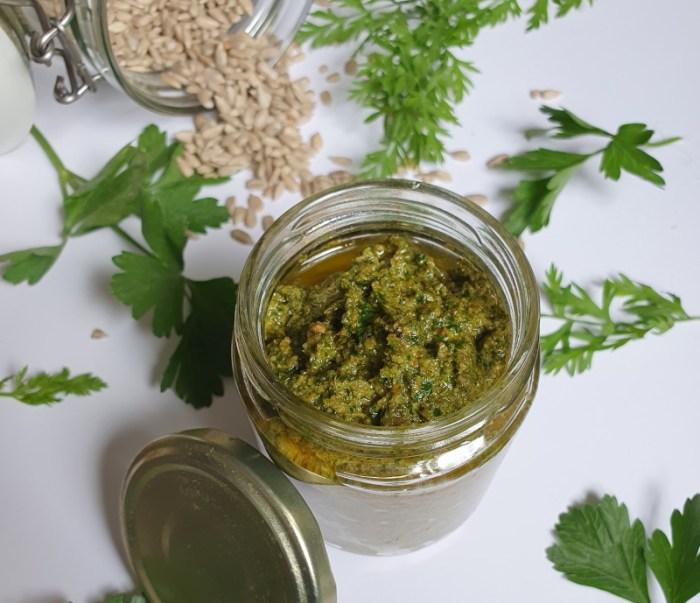 So geht Zero Waste kochen: Pesto aus Möhrengrün machen und vielfältig nutzen
