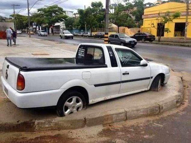 Этот водитель отказался переставлять свою машину, чтобы рабочие залили дорогу