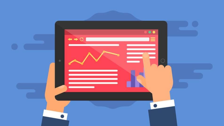 Ilustração de duas mãos segurando um tablet que mostra um site com