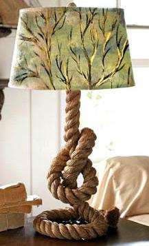在绳索支撑的台灯