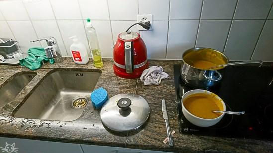 Während der Kuchen bäckt, gönne ich mir die nicht ganz zum Wetter passende Kürbissuppe
