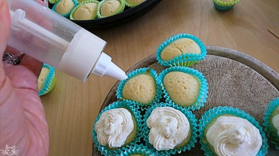 Die Cupcakes bekommen noch ein Häubchen