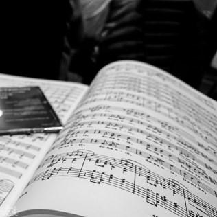 Am Abend geht es mit Musik weiter. Im Chor gab's die CD zum letzten Konzert und Noten lernen für das nächste