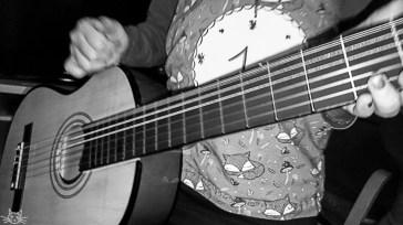 Das Kind regt sich auf und meint, dass Gitarre spielen beruhigend ist