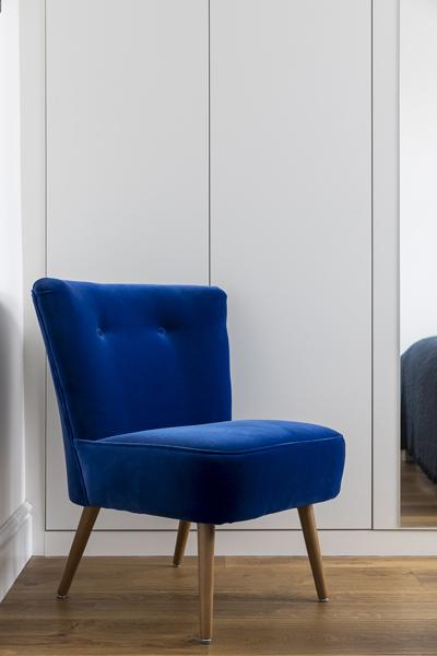 0605-blue-armchair-bedroom-vorbild-architecture-13