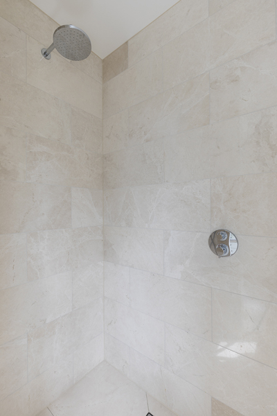 600-limestone-shower-tiles-beige-vorbild-architecture-crickelwood-29