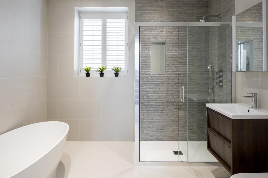 0776 ensuite master bathroom in beige with enclosed shower