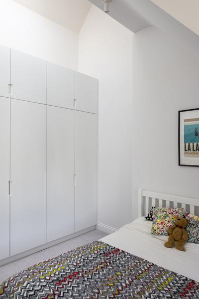 0776 childrens room white bed and wardrobe storage
