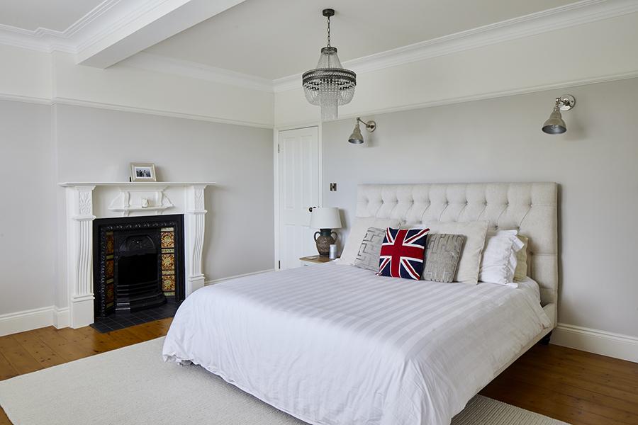 0788-light-english-cottage-master-bedroom-vorbild-architecture-grange-park-44
