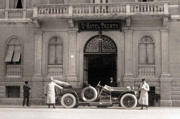 graf_und_stift_1911_phaeton_grand_hotel_trento_ausschnitt