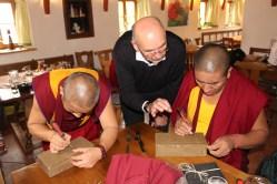 unter der Anleitung von Obmann Josef Bachleitner gestalten die Mönche ihren Friedensziegel