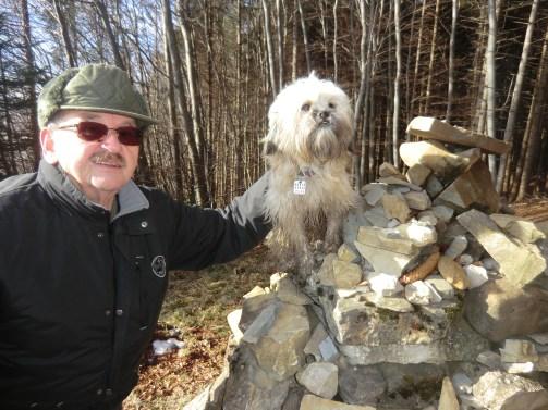 Pepi und Gretl am Denkmal der Gabrielen-Aussicht