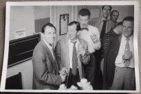 Rechts staat mogelijk Robert Alda, de hoofdrolspeler van Secret File USA. Collectie Pien Duetz