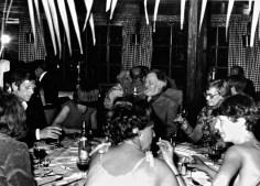 """Na het officiële gedeelte volgt een diner en feest in """"het Kroegje"""" van Hamdorff in Laren, favoriet bij Jan P. Vlnr: Theun van de Woestijne, ?, Willem Bijmoer, Toos van Waning. Op de rug gezien: Anneke Hoog-Antink en Marie-Anne van Krevelen"""