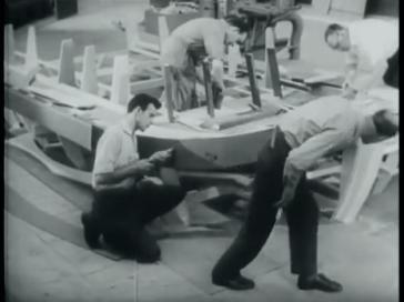 Arnold Kroon als decor-timmerman in Miljoenen ogen (NTS, 1 oktober 1961). Collectie Beeld en Geluid