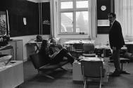 Ger van Essen op de afdeling grafisch ontwerp 28-12-1971. Collectie Beeld en Geluid