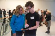 Uitleg overde virtuele iPad rondleiding waarop extra filmpjes van bijvoorbeeld Barbara van Os, Dick van Stralen en Carlo Delbosq te zien waren