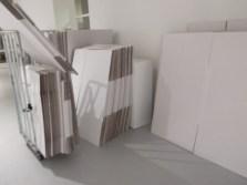 De kartonnen dozen staan klaar ..