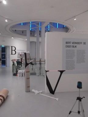 Op de bovenste etage hangen naast de foto's van Bert Verhoeff krantenknipsles en letters