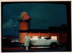 Screenshot uit Coupe ter Weijden (AVRO, 1983-1984). Decorontwerp Misjel Vermeiren. Collectie Martien van den Dijssel