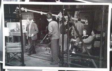 Achter de schermen bij opname poppenfilm. Links loopt Nic van Baarle. Collectie erven Van Baarle