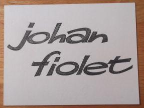 Titelkaart met handlettering van Jan van der Does. Onbekende productie met Johan Fiolet, uitzenddatum en omroep niet bekend. Collectie Jan van der Does