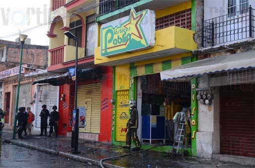 """Fuego arrasa con """"Plásticos Pablín"""""""