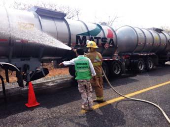 Fuga de gas de una pipa causa cierre de carretera