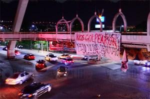 Presuntos normalistas colocan lonas con mensajes en el puente Mactumatzá