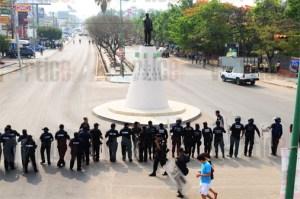 Se enfrentan normalistas con policías