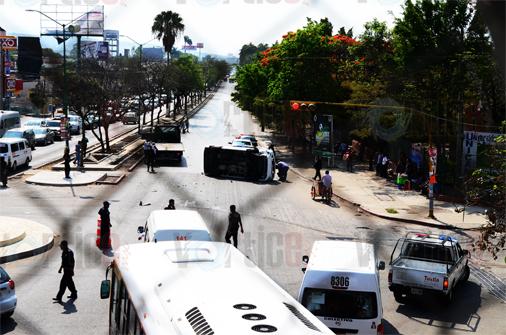 Vuelca transporte público; hay tres lesionados