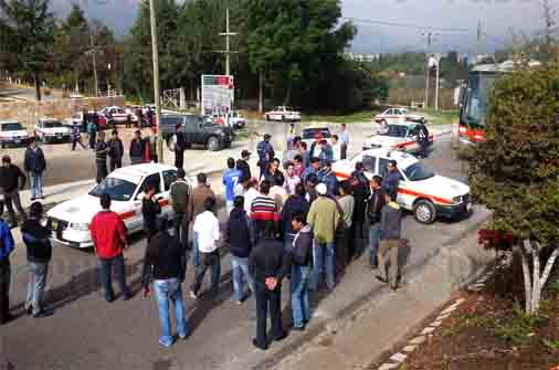Taxistas coletos realizan bloqueos; exigen seguridad