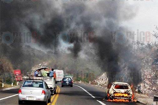 Arden dos vehículos en la autopista Tuxtla-San Cristóbal