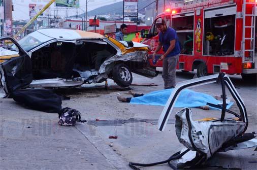 """Auto """"arrastra"""" a taxi y muere pasajera"""