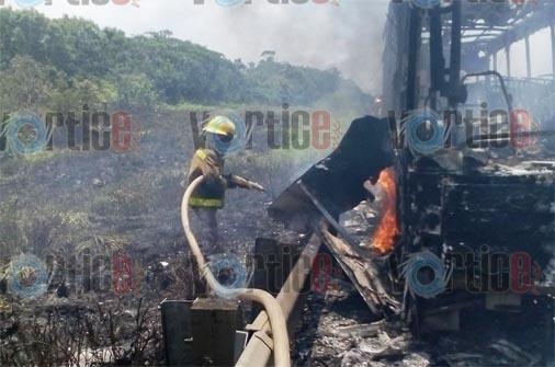 Arde camión de pasajeros en la autopista Coita-Las Choapas