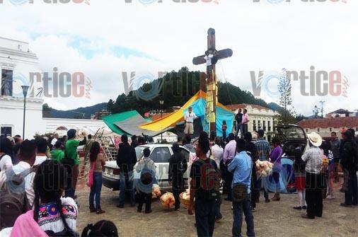 """Activista se """"crucifica"""" en la Plaza de La Paz"""